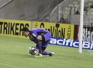 Goleiro Lauro comemora defesas diante do Luverdense
