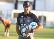 """Com """"pés no chão"""", Lisca prega respeito aos adversários da Copa do Nordeste"""