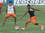 Liberado pelo DM, Rogerinho inicia treinos com bola