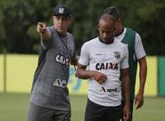 Já em São Paulo, elenco alvinegro realiza treino apronto para confronto diante do Santos