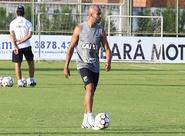 Marcelo Chamusca comanda treino coletivo e testa várias formações