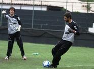 Goleiro Diego sente lesão e será substituído por Dionantan