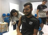 Nesta terça-feira, atletas da base participaram de mutirão de vacinação na Cidade Vozão