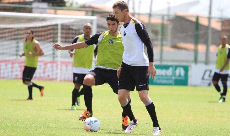 """Durante o """"rachão"""", o goleiro Luís Carlos se arriscou no ataque e não decepcionou"""
