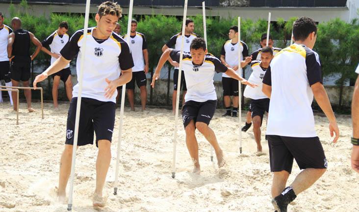 Após trabalhar na academia, os jogadores suaram a camisa na caixa de areia