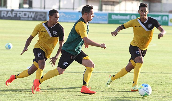 Marcado por Felipe Amorim e Robinho, atacante Lulinha faz jogada durante o treino