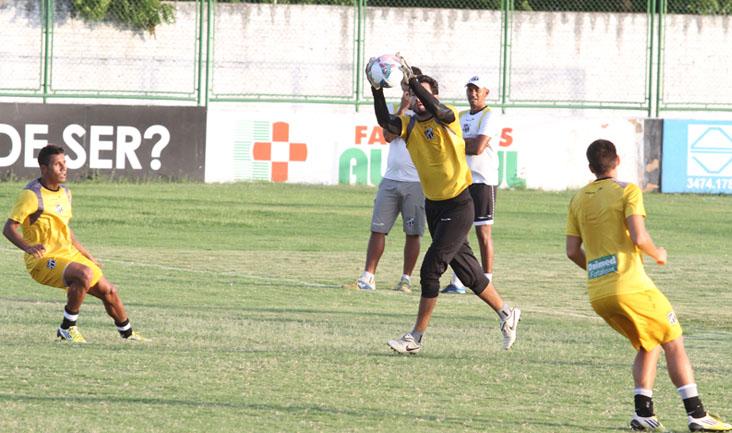 Durante o treino, goleiro Tiago faz defesa após cruzamento