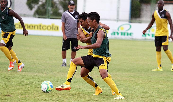 """Volante Leandro Brasília e atacante Felipe Amorim """"brigam"""" pela bola no lance"""