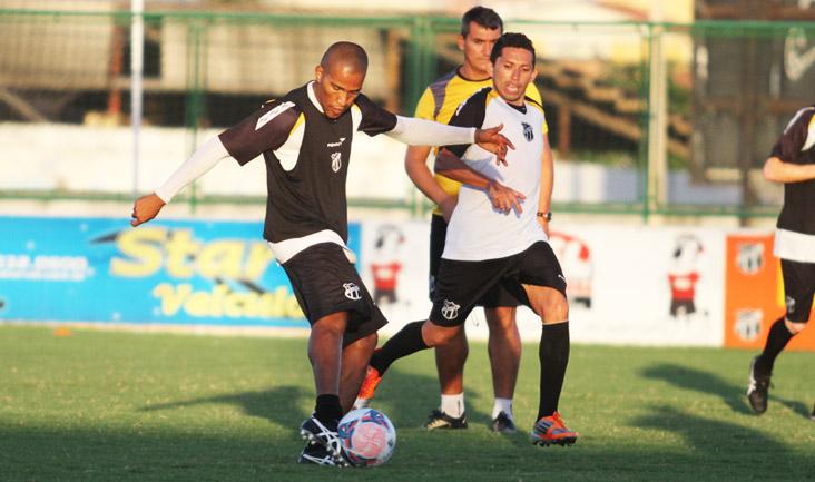 João Marcos arrisca finalização durante o treino e marca um belo gol