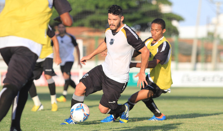 Xaves disputa jogada com jovem atleta das Categorias de Base do Mais Querido