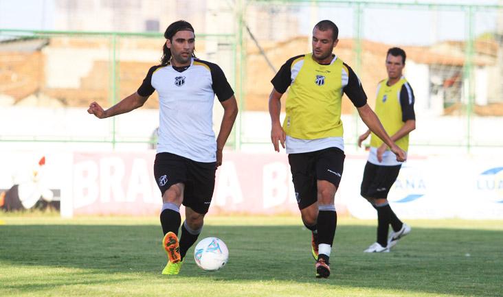 Léo Gamalho é marcado de perto por Douglas, durante o treino desta tarde