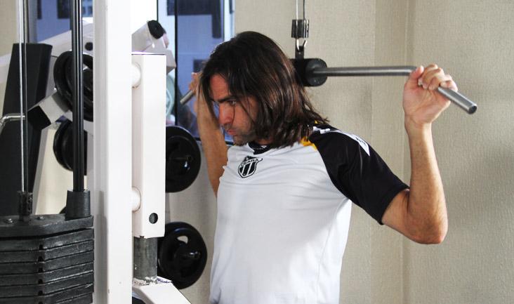 O trabalho de musculação na academia deu início às atividades na manhã deste domingo