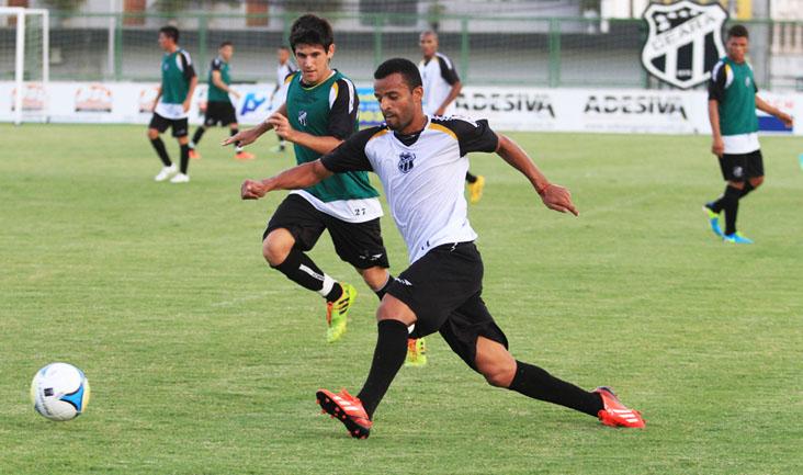 Lateral-esquerdo Hélder Sandro, que vem atuando como titular, treinou forte nesta tarde