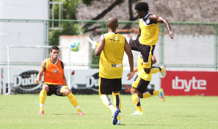Os zagueiros participaram de um treino de posicionamento e impulsão