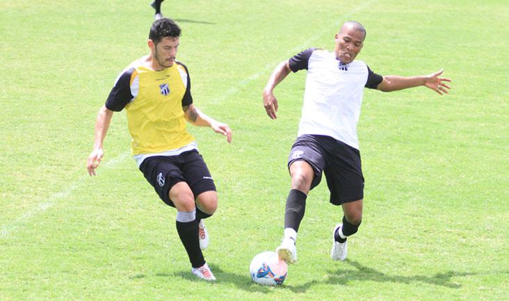 Volantes João Marcos e Xaves disputam jogada durante o coletivo desta manhã