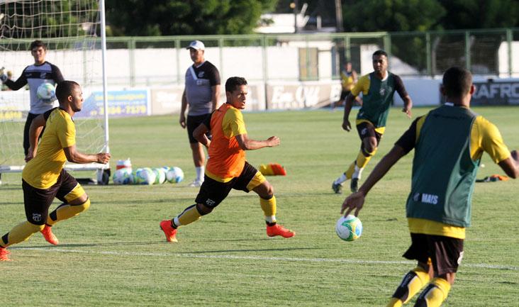 O treinador dividiu o grupo em três equipes, que se enfrentaram de forma alternada