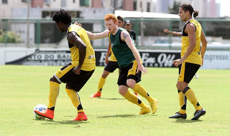 No treino, atacantes atuaram como defensores, enquanto os zagueiros se aventuraram no ataque