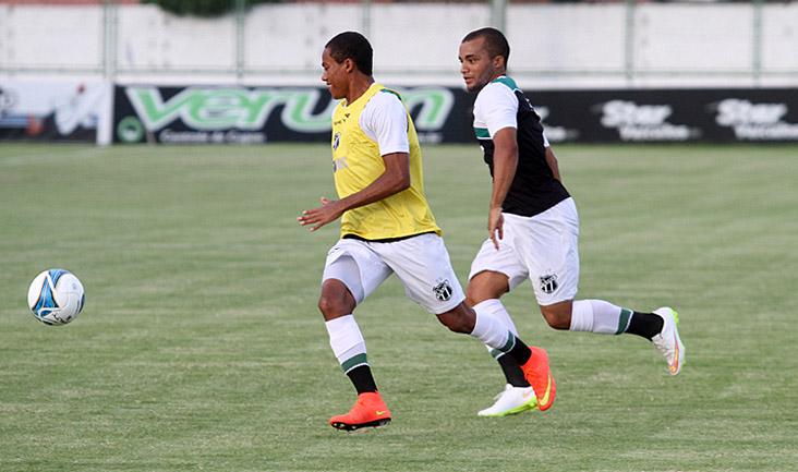 Com muita velocidade, atacante Robinho ganha disputa com o lateral-direito Samuel Xavier