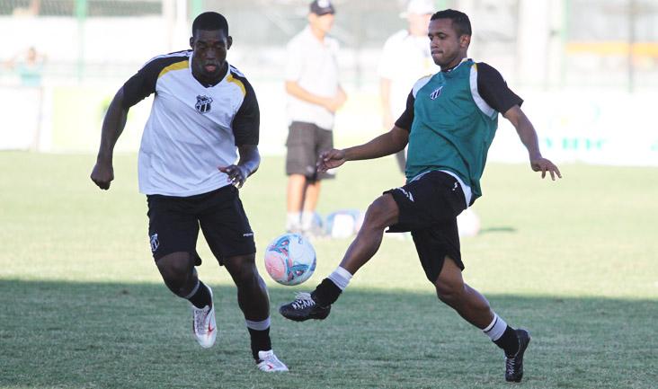 Brigando pela posse de bola, o meia Rogerinho e o zagueiro Gustavo dividem jogada