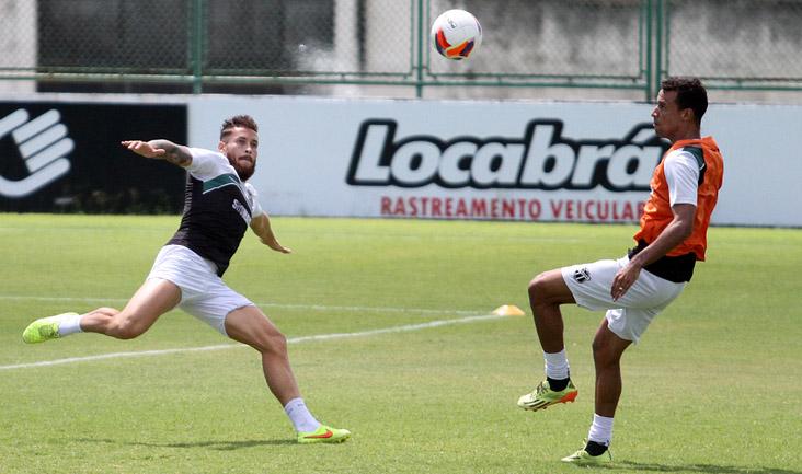 Atentos, volante Baraka e zagueiro Gilvan disputam a bola em jogada durante as atividades