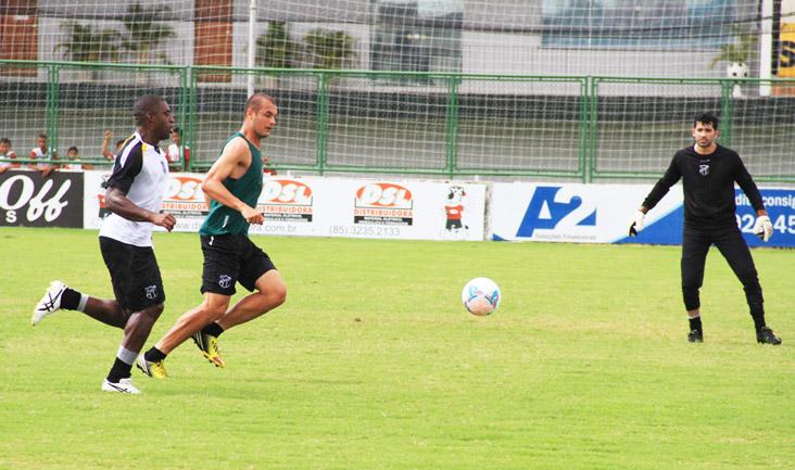 Zagueiros Douglas e Gustavo disputam jogada durante as atividades deste domingo
