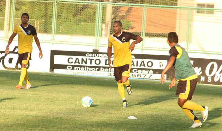 Volante João Marcos conduz a bola durante os treinamentos desta tarde