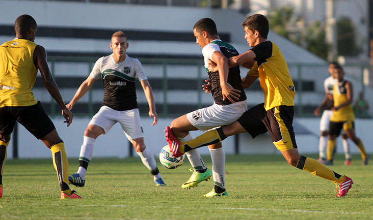 Marcado de perto, atacante Arthur, de apenas de 17 anos, tenta jogada pelo time dos Profissionais