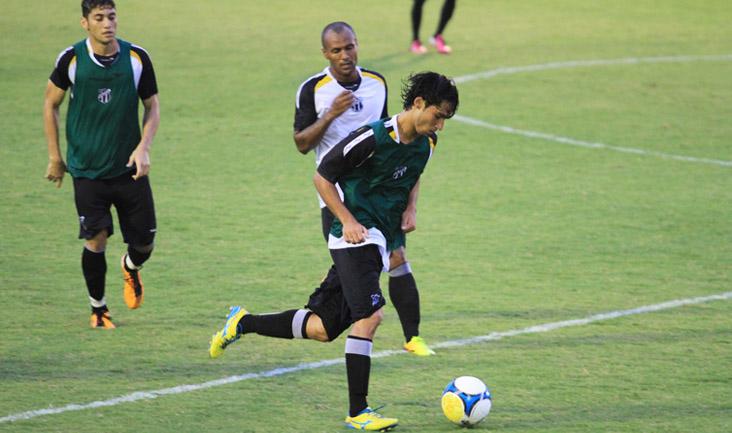 Jogando entre os profissionais, o meio-campista/volante Matheus faz jogada durante o treino