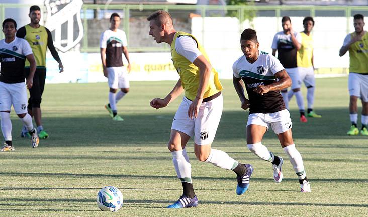 Marcado por Marinho, Uillian Correia avança no ataque e busca jogada, durante o rachão