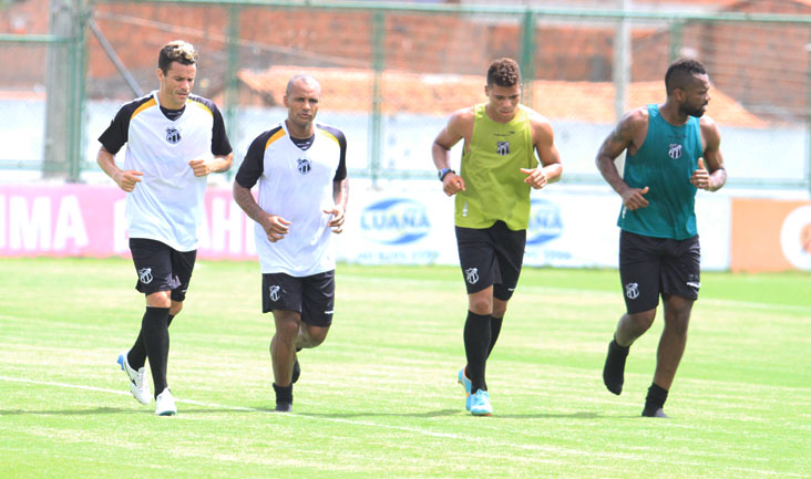 Michel, Amaral, Robério e Tadeu deram voltas no gramado após o treino no estádio Vovozão