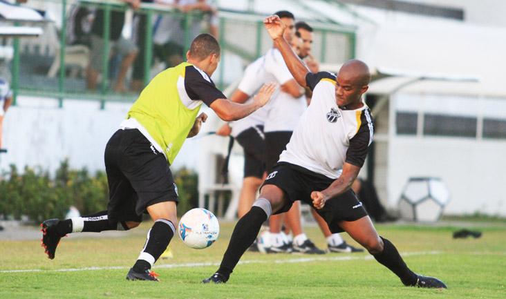 Em velocidade, Rafinha tenta jogada, mas é marcado por Diogo Orlando, durante o treino desta quarta
