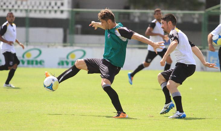 Marcado de perto por Ricardinho, meia Luiz Henrique tenta fazer jogada durante os trabalhos