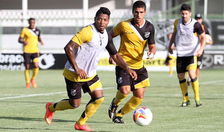 Atacante Marinho disputa jogada com o volante Everton, durante os trabalhos desta tarde