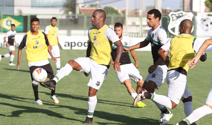 Mesmo sofrendo com a forte marcação, atacante Rodrigo Silva tenta jogada durante o treino desta quinta