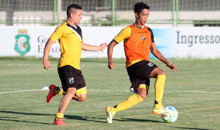 Lulinha e Felipe Amorim disputam jogada durante os trabalhos, no estádio Vovozão