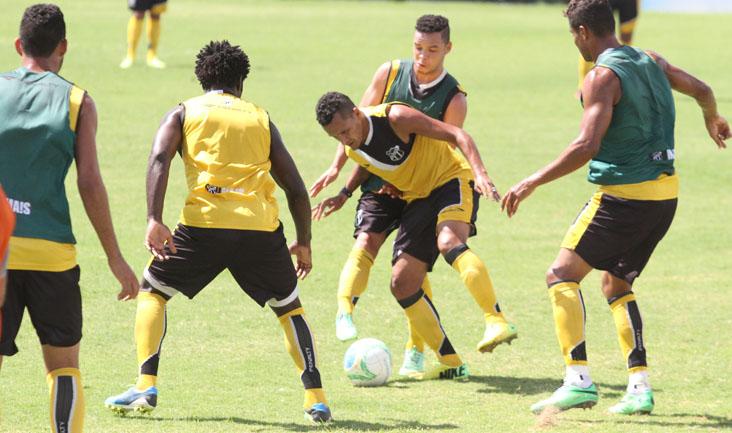 O técnico Sérgio Soares comandou um treino recreativo no estádio Vovozão