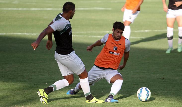 Zagueiro Carlão e volante Everton disputam jogada durante o trabalho tático desta tarde