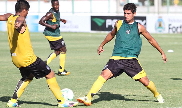 O grupo participou de treinos técnicos. No lance, volante Everton disputa jogada com zagueiro Romulo