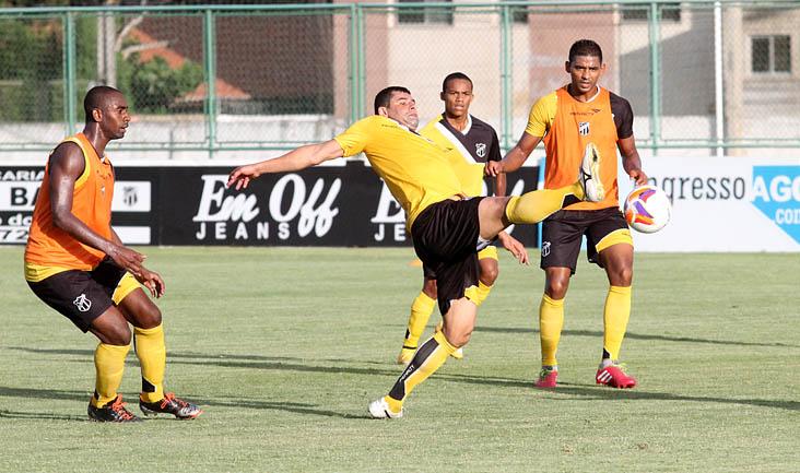 Marcado por Wellington Carvalho e Carlão, atacante William se esforça para alcançar a bola