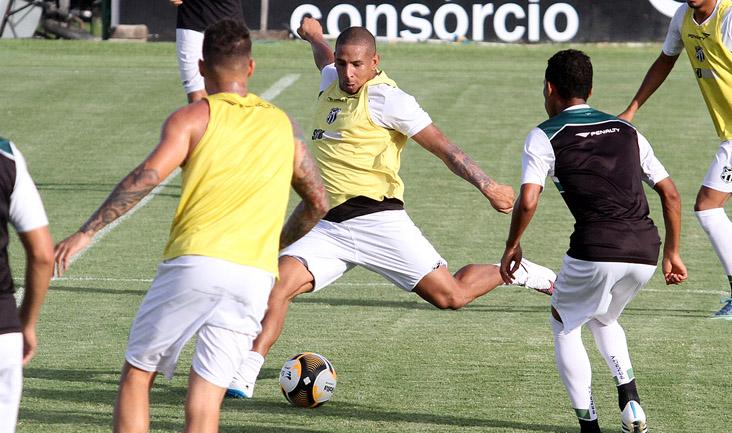 O atacante Rafael Costa treinou entre os titulares e pode ser a novidade amanhã