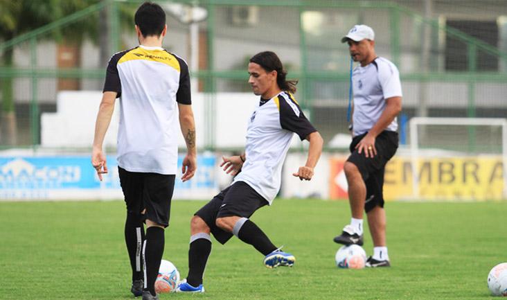O lateral-esquerdo Vicente e o meia Ricardinho trabalharam bastante a bola parada