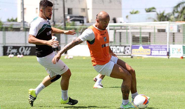 Com o domínio da bola, atacante Mazola sofre com a marcação do lateral-esquerdo Victor Luís