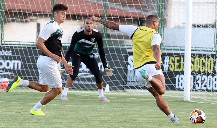 Marcado por Sanchez, atacante Rafael Costa se posiciona para tentar uma finalização