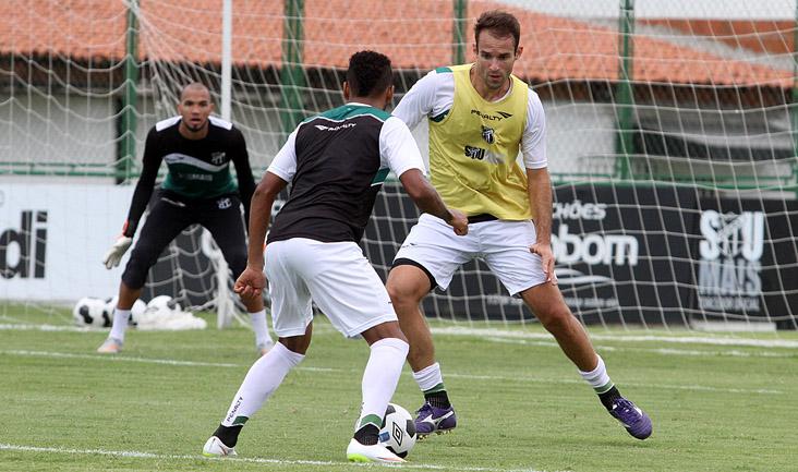 Marcado por Thiago Carvalho, volante Jhonnatan tenta jogada durante os treinamentos