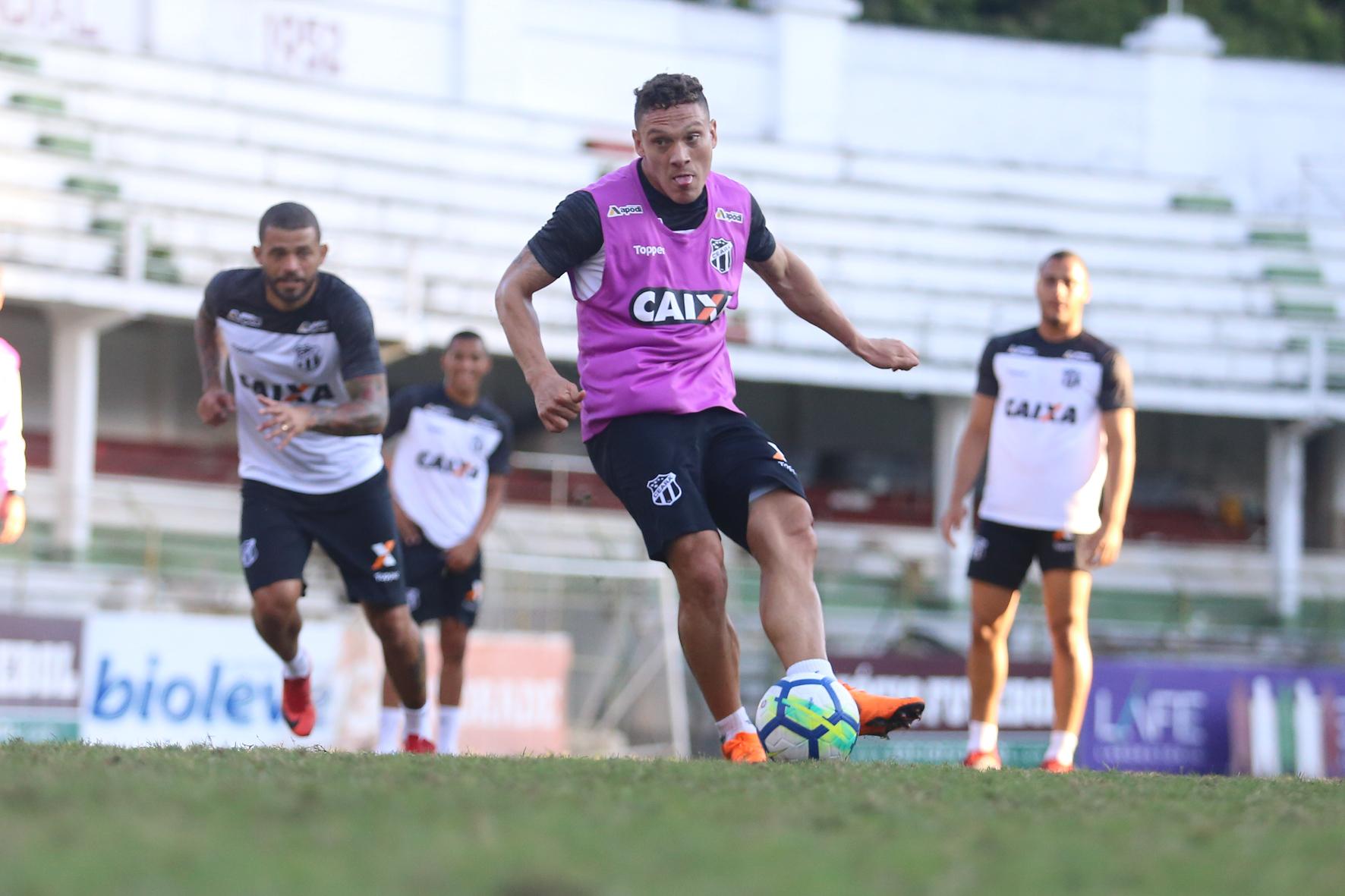 Meia Reina cobra penalidade em treino no CT do Fluminense, nas Laranjeiras