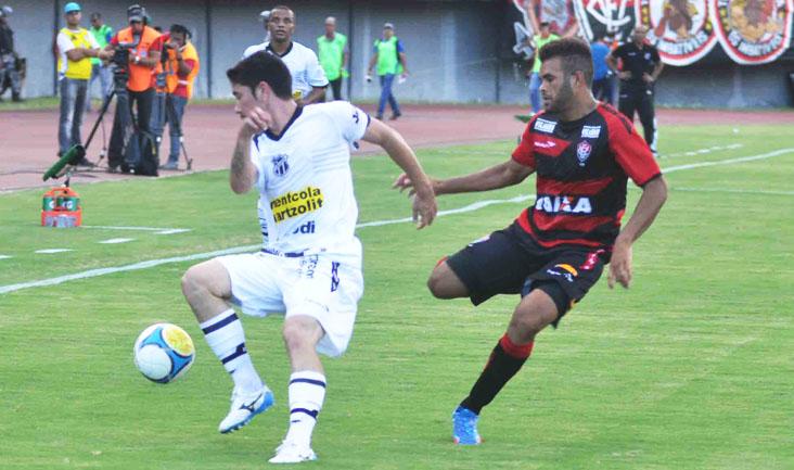 Marcado por jogador do Vitória/BA, volante Ricardinho tenta jogada no ataque